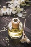 Spa garnering Buteljera av nödvändiga olja- och orchidblommor Royaltyfria Bilder