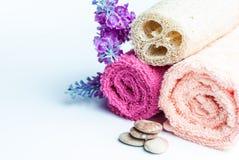 Spa handdukrullar, blomma och stenar Royaltyfria Bilder