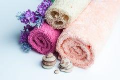 Spa handdukrullar, blomma och stenar Royaltyfri Fotografi