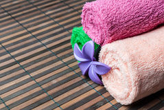 Spa handdukrullar och blomma Royaltyfri Bild