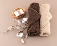 Spa handgjord tvål och lyxiga handdukar Fotografering för Bildbyråer