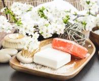 Spa hemlagade tvålar med blommor och Kropp-omsorg produkter Arkivbilder