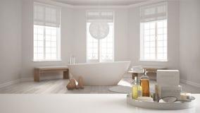 Spa hotellbadrumbegrepp Vit tabellöverkant eller hylla med badningtillbehör, toalettartiklar, över suddig flott minimalist bathro royaltyfria bilder