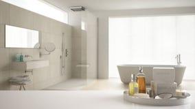 Spa hotellbadrumbegrepp Vit tabellöverkant eller hylla med badningtillbehör, toalettartiklar, över suddigt kräm- minimalist badru royaltyfri bild