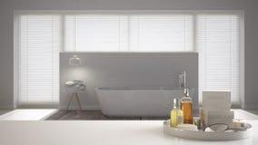Spa hotellbadrumbegrepp Vit tabellöverkant eller hylla med badningtillbehör, toalettartiklar, över suddigt minimalist badrum, fun arkivfoton
