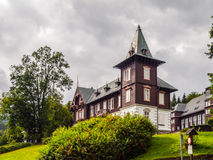 Spa hus i den Karlova Studanka brunnsortsemesterorten, Hruby Jesenik, Tjeckien Royaltyfri Foto
