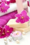 SPA inställning med stearinljus och nya violets Royaltyfri Bild
