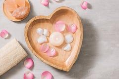 Spa inställningar med rosor Spa tema med stearinljus och blommor på t arkivbilder