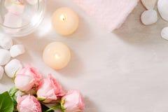Spa inställningar med rosor Spa tema med stearinljus och blommor på t royaltyfri bild