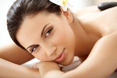 Spa kvinna. Härlig kvinna som får Spa behandling I Royaltyfri Fotografi