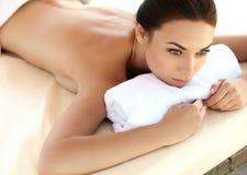 Spa kvinna. Härlig ung kvinna som kopplar av efter massage. Arkivbilder