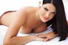 Spa kvinna. Härlig ung kvinna som kopplar av efter massage. Royaltyfri Bild