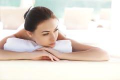 Spa kvinna. Härlig ung kvinna som kopplar av efter massage. Spa sal royaltyfri bild