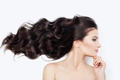 Spa kvinna med att blåsa lockigt hår på vit bakgrund Ansikts- behandling-, cosmetology-, haircare- och wellnessbegrepp royaltyfria foton