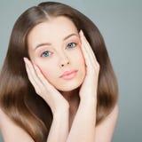Spa kvinna med långt sunt hår arkivfoton