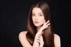 Spa kvinna med sunt hår och naturligt smink royaltyfri bild