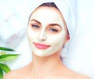 Spa kvinna som applicerar den ansikts- maskeringen royaltyfri foto