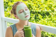 Spa kvinna som applicerar den gröna leramaskeringen för ansiktsbehandling Skönhetbehandlingar Fr royaltyfria bilder