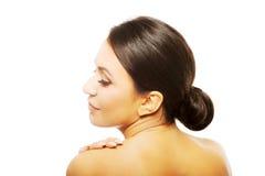 Spa kvinna som trycker på hennes skuldra Arkivbilder