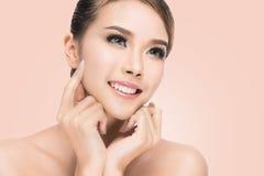 Spa kvinnastående Härlig asiatisk flicka som trycker på hennes framsida Ren skönhetmodell Royaltyfria Bilder