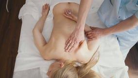 Spa Las manos del terapeuta del masaje hacen un masaje en el brazo Fotos de archivo