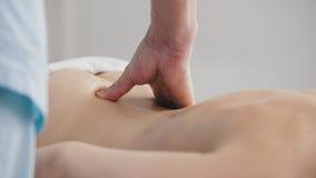 Spa Manos del masajista-cierre-para arriba Fotografía de archivo libre de regalías