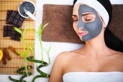 Spa massage för kvinna Terapeut Massaging Female Body med Arom royaltyfria bilder