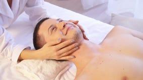 Spa massage för manhälsa arkivfilmer