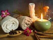 Spa massageobjekt i levande ljus Fotografering för Bildbyråer