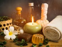 Spa massageobjekt i levande ljus Arkivbild