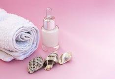 Spa mjukt begrepp, snäckskal och handduk på en rosa bakgrund, closeup royaltyfri fotografi