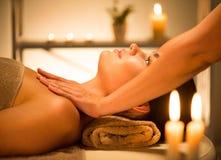 Spa Mujer de la belleza que disfruta de masaje relajante del cuerpo en salón del balneario imagen de archivo