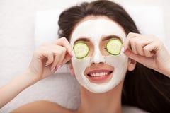 Spa Mujer divertida atractiva con una máscara de la arcilla en su cara Imágenes de archivo libres de regalías