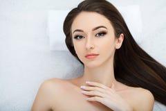 Spa Mujer hermosa joven que miente en la cama con el cuerpo feliz del balneario Fotografía de archivo libre de regalías