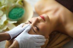 Spa Mujer joven en la tabla del masaje en salón del balneario de la belleza Fotografía de archivo libre de regalías