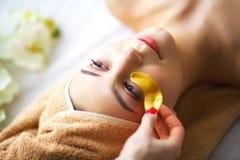 Spa Mujer joven en la tabla del masaje en salón del balneario de la belleza Imagen de archivo