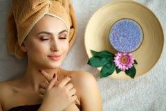 Spa Mujer joven en la tabla del masaje en salón del balneario de la belleza Imagenes de archivo