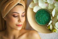 Spa Mujer joven en la tabla del masaje en salón del balneario de la belleza Fotos de archivo libres de regalías
