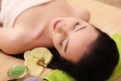 Spa Mujer joven hermosa que consigue un tratamiento de la cara en belleza Sa Imagenes de archivo