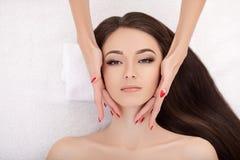 Spa Mujer joven hermosa que consigue un tratamiento de la cara en belleza Sa fotos de archivo