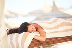 Spa Mujer que consigue terapia del lastone del balneario al aire libre Imagen de archivo
