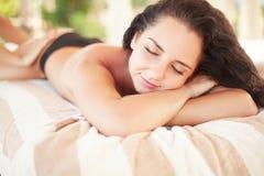 Spa Mujer que consigue terapia del lastone del balneario al aire libre Imagenes de archivo