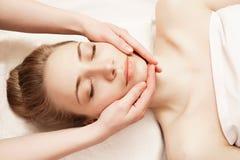 Spa Mujer que disfruta de masaje facial antienvejecedor Imágenes de archivo libres de regalías