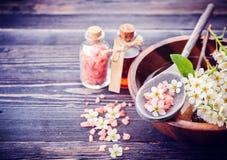 Spa Nödvändiga oljor för Aromatherapy, blommor, salt hav menande set brunnsort för fridsam avkoppling royaltyfri fotografi
