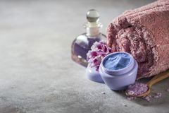 Spa Naturlig kräm, salt hav, blommor och en handduk Kopieringsbakgrundsutrymme fotografering för bildbyråer