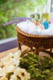 Spa och massagen oljer i den thai korgen Arkivfoton