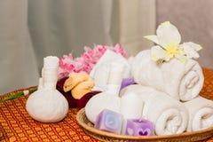 Spa och massageobjekt på matt orange thailändsk-stil Fotografering för Bildbyråer