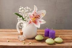 Spa och wellnessbegrepp med blommor och stearinljus på trätabellen royaltyfria bilder