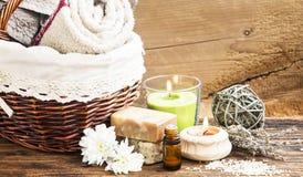 Spa och Wellnessinställning med handdukar, stearinljuset, naturlig tvål och Es Arkivfoton