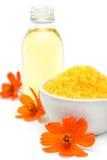 Spa och wellnessinställning med salt olje- extrakt för hav, blommor och Royaltyfri Fotografi
